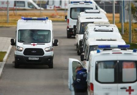 Ambulances are seen outside a hospital for patients infected with the coronavirus disease (COVID-19) on the outskirts of Moscow, Russia October 15, 2020. REUTERS/Maxim Shemetov