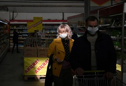 People wearing protective face masks shop at a supermarket amid the outbreak of the coronavirus disease (COVID-19) in Omsk, Russia October 15, 2020. REUTERS/Alexey Malgavko