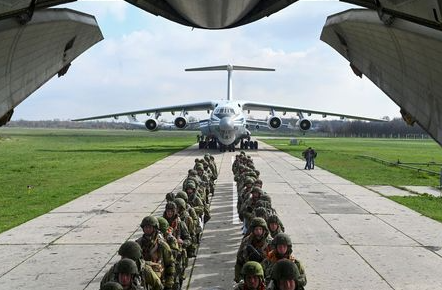 Service members of the Russian airborne forces board an Ilyushin Il-76 transport plane during drills at a military aerodrome in the Azov Sea port of Taganrog, Russia April 22, 2021. REUTERS/Stringer