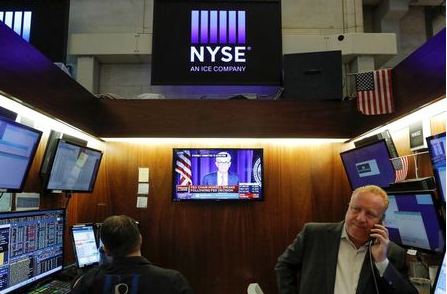 A screen displays a live statement by Federal Reserve Chair Jerome Powell following the Fed announcement as traders work at New York Stock Exchange (NYSE) in New York City, New York, U.S., July 28, 2021. REUTERS/Andrew Kelly