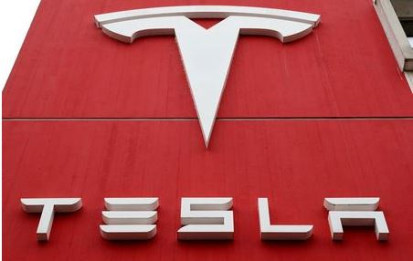 The logo of car manufacturer Tesla is seen at a branch office in Bern, Switzerland October 28, 2020. Picture taken October 28, 2020. REUTERS/Arnd Wiegmann