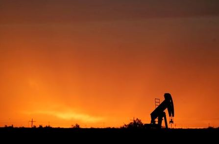An oil rig is silhouetted against the sunset in St. Lawrence, Texas May 9, 2008. Oil jumped to a record above $126 a barrel on Friday, extending gains to more than 11 percent since the start of the month on fuel supply concerns and a rush of speculator buying. REUTERS/Jessica Rinaldi (UNITED STATES)