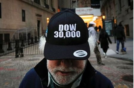 Trader Peter Tuchman wears a DOW 30,000 hat as he greets friends outside the New York Stock Exchange (NYSE) in New York, U.S., November 24, 2020. REUTERS/Brendan McDermid TPX IMAGES OF THE DAY