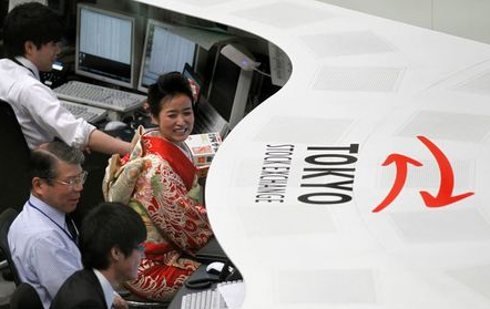 An employee of Tokyo Stock Exchange dressed in ceremonial kimono works at the bourse after its New Year opening ceremony in Tokyo January 4, 2012. Japan's Nikkei average rose 1.2 percent to hit a three-week closing high on Wednesday after upbeat economic data from the United States and China eased worries over the health of the global economy. REUTERS/Kim Kyung-Hoon (JAPAN - Tags: BUSINESS)