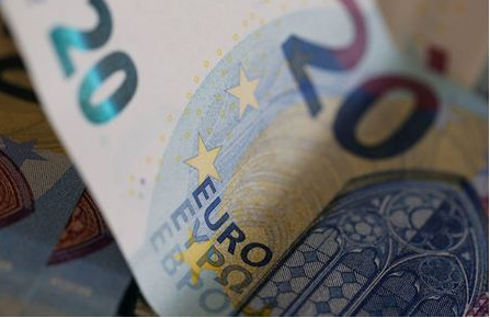 20 Euro banknotes are seen in a picture illustration, August 1, 2016. REUTERS/Regis Duvignau/Illustration