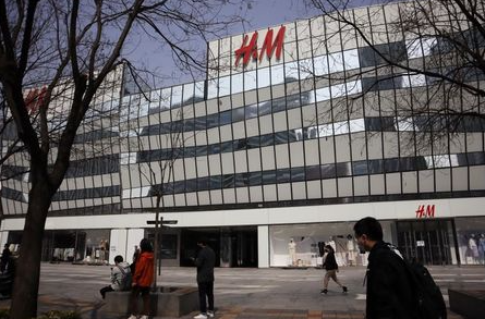 People walk past a store of the Swedish fashion retailer H&M at a shopping complex in Beijing, China March 25, 2021. REUTERS/Florence Lo
