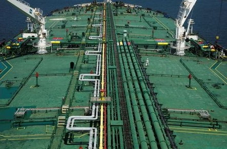 FILE PHOTO: Pipelines run down the deck of Hin Leong's Pu Tuo San VLCC supertanker in the waters off Jurong Island in Singapore July 11, 2019. Picture taken July 11, 2019. REUTERS/Edgar Su/File Photo