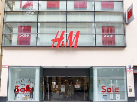 A Hennes & Mauritz (H&M) store is seen closed due to the coronavirus disease (COVID-19) pandemic in Munich, Germany, February 5, 2021. Picture taken February 5, 2021. REUTERS/Michaela Rehle