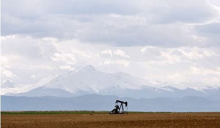 oil derrick can be seen in a field near Denver, Colorado May 16, 2008. REUTERS/Lucas Jackson (UNITED STATES)