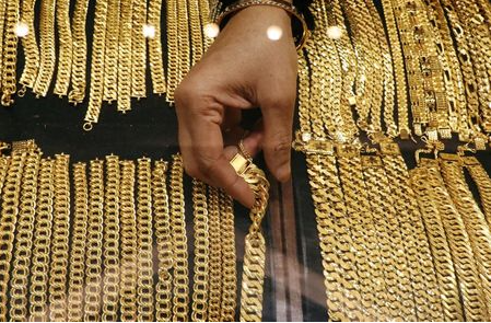A vendor arranges gold chains displayed at VJ Gold and Diamond jewellery shop in Kuala Lumpur, Malaysia August 10, 2020. REUTERS/Lim Huey Teng/File Photo