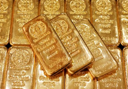FILE PHOTO: Gold bullion is displayed at GoldSilver Central's office in Singapore June 19, 2017. REUTERS/Edgar Su/File Photo