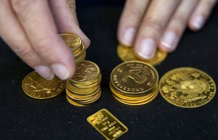 FILE PHOTO: A worker places gold bullion on display at Hatton Garden Metals precious metal dealers in London, Britain July 21, 2015. REUTERS/Neil Hall