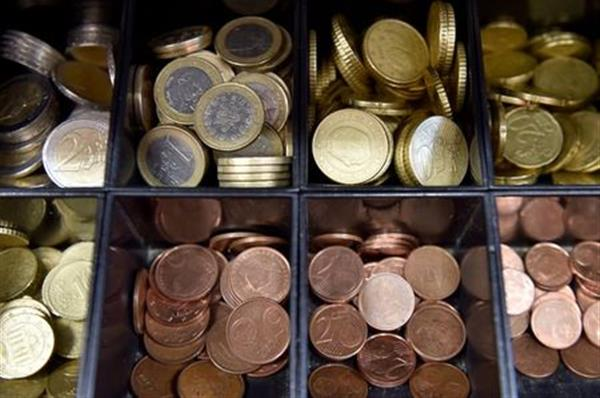 Euro coins are displayed in a shop in Brussels, Belgium November 14, 2017. REUTERS/Eric Vidal