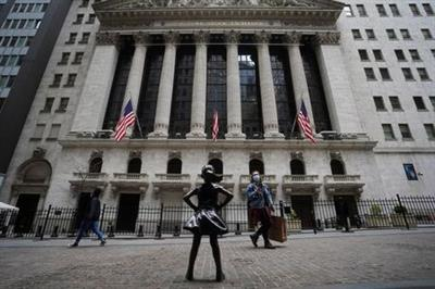 FILE PHOTO: The New York Stock Exchange is pictured in the Manhattan borough of New York City, New York, U.S., April 16, 2021. REUTERS/Carlo Allegri/File Photo