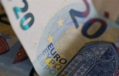 20 Euro banknotes are seen in a picture illustration, August 1, 2016. REUTERS/Regis Duvignau/Illustration/File Photo