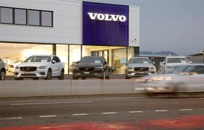 A long exposure picture shows cars of Swedish automobile manufacturer Volvo displayed in front of a showroom of Stierli Automobile AG company in St. Erhard, Switzerland April 11, 2019. REUTERS/Arnd Wiegmann