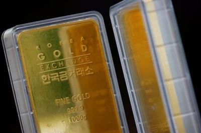 FILE PHOTO: Gold bars are pictured on display at Korea Gold Exchange in Seoul, South Korea, August 6, 2020. REUTERS/Kim Hong-Ji/File photo