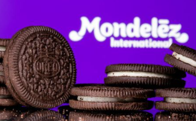 FILE PHOTO: Oreo biscuits are seen displayed in front of Mondelez International logo in this illustration picture taken July 26, 2021. Picture taken July 26, 2021. REUTERS/Dado Ruvic/Illustration/File Photo