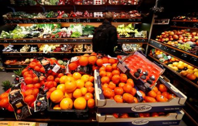 FILE PHOTO: Full shelves with fruits are pictured in a supermarket during the spread of the coronavirus disease (COVID-19) in Berlin, Germany, March 17, 2020. REUTERS/Fabrizio Bensch/File Photo