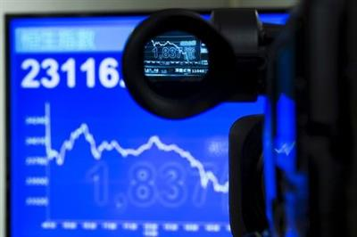 An electric display chart showing the afternoon trading trend of the blue chip Hang Seng Index is seen through a camera at a brokerage in Hong Kong, China July 8, 2015. Losses on the mainland weighed heavily on Hong Kong shares, with the Hang Seng Index down 3.3 percent and shares of Chinese companies listed in the city falling 4.2 percent. REUTERS/Tyrone Siu