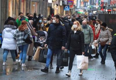 Christmas shoppers wear mask and fill Cologne's main shopping street Hohe Strasse (High Street) during the spread of the coronavirus (COVID-19) pandemic in Cologne, Germany, 12, December, 2020. REUTERS/Wolfgang Rattay