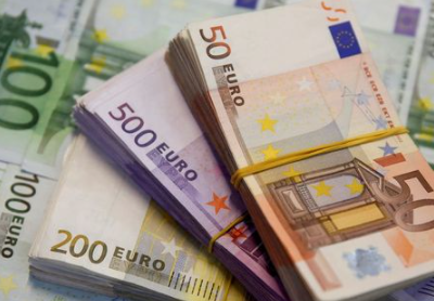 FILE PHOTO: A picture illustration shows Euro banknotes in Zenica, January 26, 2015. REUTERS/Dado Ruvic