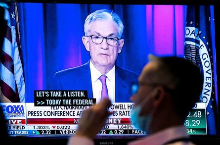 A screen displays a statement by Federal Reserve Chair Jerome Powell following the U.S. Federal Reserve's announcement as a trader works on the trading floor of the New York Stock Exchange (NYSE) in New York City, U.S., September 22, 2021. REUTERS/Brendan McDermid