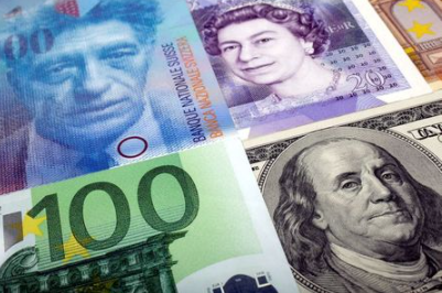 FILE PHOTO: A picture illustration of U.S. dollar, Swiss Franc, British pound and Euro bank notes, taken in Warsaw January 26, 2011. REUTERS/Kacper Pempel/File Photo