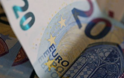 FILE PHOTO: 20 Euro banknotes are seen in a picture illustration, August 1, 2016. REUTERS/Regis Duvignau/Illustration
