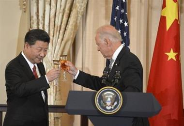 Chinese President Xi Jinping (L) and Vice President Joe Biden raise their glasses in a toast during a luncheon at the State Department, in Washington, September 25, 2015. Xi's visit with President Barack Obama is expected to be clouded by differences over alleged Chinese cyber spying, Beijing's economic policies and territorial disputes in the South China Sea. REUTERS/Mike Theiler