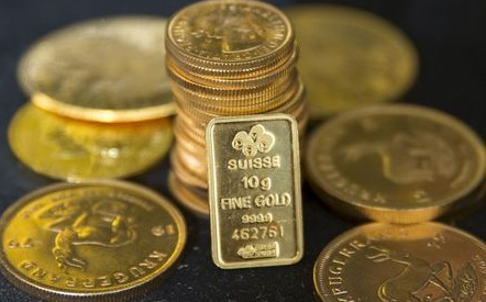 Gold bullion is displayed at Hatton Garden Metals precious metal dealers in London, Britain July 21, 2015. Gold was on the brink of five year lows on Tuesday, with more losses expected in the coming months following Monda's