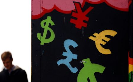 Painted monetary symbols are seen on a wall in Dublin city centre October 22, 2014. A year-long investigation into allegations of collusion and manipulation by global currency traders is set to come to a head on Wednesday, with Britain's financial regulator and six big banks expected to agree a settlement involving around ?1.5 billion ($2.38 billion) in fines. The settlement comes amid a revival of long-dormant volatility on the foreign exchanges, where a steady rise of U.S. dollar this year has depressed oil prices and the currencies of many commodity exporters such as Russia's rouble, Brazil's real and Nigeria's naira - setting the scene for more turbulence on world financial markets in 2015. REUTERS/Cathal McNaughton (IRELAND - Tags: BUSINESS CRIME LAW POLITICS)
